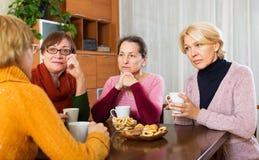 Θηλυκοί φίλοι στο θερινό πεζούλι Στοκ εικόνα με δικαίωμα ελεύθερης χρήσης