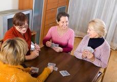 Θηλυκοί φίλοι στο θερινό πεζούλι Στοκ εικόνες με δικαίωμα ελεύθερης χρήσης