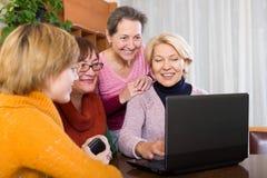 Θηλυκοί φίλοι στο θερινό πεζούλι στοκ φωτογραφίες