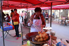 Θηλυκοί χωρικοί μαγειρικοί για να γιορτάσει chenghuang chenghuang (Θεός πόλεων) την ημέρα Στοκ εικόνα με δικαίωμα ελεύθερης χρήσης