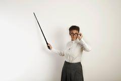 Θηλυκός δάσκαλος με έναν δείκτη στο λευκό πίνακα Στοκ φωτογραφίες με δικαίωμα ελεύθερης χρήσης