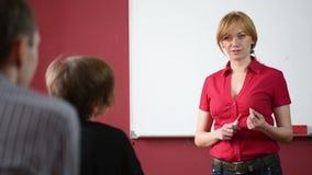 Θηλυκός δάσκαλος που δίνει μια διάλεξη στο πανεπιστήμιο φιλμ μικρού μήκους