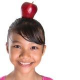 Θηλυκός έφηβος με τη Apple στο κεφάλι της Β Στοκ Φωτογραφία
