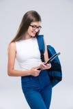 Θηλυκός έφηβος με το σακίδιο πλάτης που χρησιμοποιεί τον υπολογιστή ταμπλετών Στοκ φωτογραφία με δικαίωμα ελεύθερης χρήσης