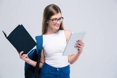 Θηλυκός έφηβος που χρησιμοποιεί τον υπολογιστή ταμπλετών Στοκ εικόνες με δικαίωμα ελεύθερης χρήσης