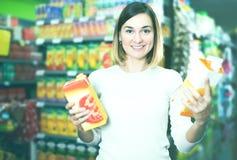 Θηλυκός αγοραστής που ψάχνει για τα ποτά Στοκ εικόνες με δικαίωμα ελεύθερης χρήσης
