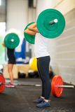 Θηλυκός αθλητής που επιλέγει Barbell Στοκ Εικόνες