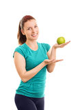Θηλυκός αθλητής που κρατά ένα πράσινο μήλο Στοκ Εικόνες