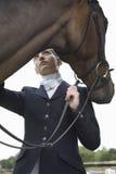 Θηλυκός αναβάτης πλατών αλόγου με το άλογο Στοκ εικόνες με δικαίωμα ελεύθερης χρήσης