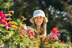 Θηλυκός ανθοκόμος που εργάζεται στον κήπο στοκ εικόνα