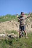 Θηλυκός ανταγωνιστής που διασχίζει τη σφιχτή screeming προσπάθεια καλωδίων να κρεμάσει επάνω Στοκ εικόνα με δικαίωμα ελεύθερης χρήσης