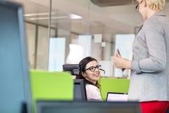 Θηλυκός αντιπρόσωπος εξυπηρέτησης πελατών που μιλά με το διευθυντή στην αρχή Στοκ εικόνα με δικαίωμα ελεύθερης χρήσης