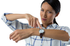 Θηλυκός ανώτερος υπάλληλος που δείχνει στο wristwatch της Στοκ Εικόνα