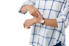 Θηλυκός ανώτερος υπάλληλος που δείχνει στο wristwatch Στοκ εικόνες με δικαίωμα ελεύθερης χρήσης