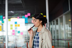 Θηλυκός ανώτερος υπάλληλος που καπνίζει το ηλεκτρονικό τσιγάρο Στοκ Φωτογραφίες