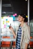 Θηλυκός ανώτερος υπάλληλος που καπνίζει το ηλεκτρονικό τσιγάρο Στοκ Εικόνα