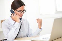 Θηλυκός ανώτερος υπάλληλος Brunette που χρησιμοποιεί το τηλέφωνο Στοκ Εικόνα