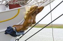Θηλυκός αριθμός με το γυμνό σώμα στο τόξο sailboat Στοκ φωτογραφία με δικαίωμα ελεύθερης χρήσης