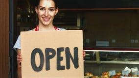 Θηλυκός αρτοποιός που κρατά την ανοικτή πινακίδα απόθεμα βίντεο