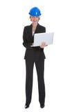 Θηλυκός αρχιτέκτονας που χρησιμοποιεί το lap-top Στοκ Εικόνα