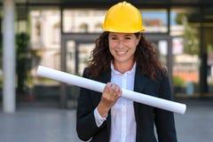 Θηλυκός αρχιτέκτονας hardhat που κρατά ένα σχεδιάγραμμα Στοκ εικόνες με δικαίωμα ελεύθερης χρήσης