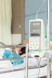 Θηλυκός ασθενής με IV να διαπερνήσει βελόνων σταλαγματιάς στο δωμάτιο νοσοκομείων Στοκ Φωτογραφία