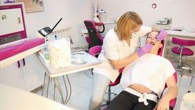 Θηλυκός ασθενής οδοντιάτρων και κοριτσιών φιλμ μικρού μήκους