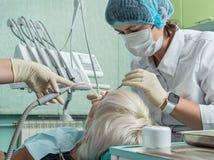 Θηλυκός ασθενής που λαμβάνει τη θεραπεία από τον οδοντίατρο Στοκ εικόνες με δικαίωμα ελεύθερης χρήσης