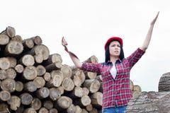 Θηλυκός δασικός μηχανικός εκτός από τα κούτσουρα Στοκ φωτογραφίες με δικαίωμα ελεύθερης χρήσης