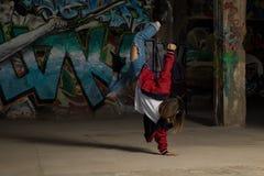 Θηλυκός αστικός χορευτής που στέκεται από τη μια πλευρά Στοκ εικόνα με δικαίωμα ελεύθερης χρήσης