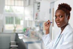 Θηλυκός αφρικανικός επιστήμονας, ιατρικός ή ή απόφοιτος φοιτητής Στοκ Φωτογραφίες