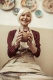 Θηλυκός βιοτέχνης που εργάζεται στη ρόδα αγγειοπλαστών Στοκ εικόνα με δικαίωμα ελεύθερης χρήσης