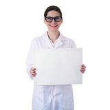 Θηλυκός βοηθητικός επιστήμονας γιατρών στο άσπρο παλτό πέρα από το απομονωμένο υπόβαθρο Στοκ εικόνα με δικαίωμα ελεύθερης χρήσης