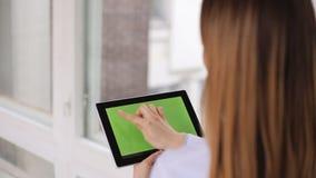 Θηλυκός γιατρός με έναν υπολογιστή ταμπλετών με το hromakey ιατρική σύγχρονη υποστηρίξτε την όψη απόθεμα βίντεο