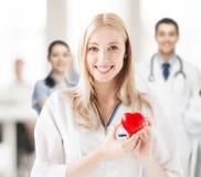 Θηλυκός γιατρός με την καρδιά Στοκ φωτογραφία με δικαίωμα ελεύθερης χρήσης