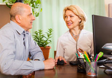 Θηλυκός γιατρός με τον ανώτερο ασθενή Στοκ εικόνα με δικαίωμα ελεύθερης χρήσης