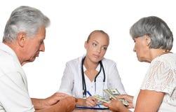 Θηλυκός γιατρός με τους ασθενείς Στοκ φωτογραφία με δικαίωμα ελεύθερης χρήσης