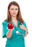 Θηλυκός γιατρός που δίνει το μήλο, έννοια για τον υγιή τρόπο ζωής στοκ εικόνα