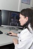 Θηλυκός γιατρός που εξετάζει τα αποτελέσματα CT ανιχνευτών στοκ φωτογραφία