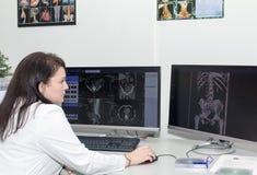 Θηλυκός γιατρός που εξετάζει τα αποτελέσματα CT ανιχνευτών στοκ εικόνα