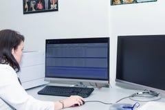 Θηλυκός γιατρός που εξετάζει τα αποτελέσματα CT ανιχνευτών στοκ εικόνες με δικαίωμα ελεύθερης χρήσης