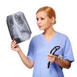 Θηλυκός γιατρός που εξετάζει τη θωρακική ακτίνα X που απομονώνεται Στοκ φωτογραφία με δικαίωμα ελεύθερης χρήσης