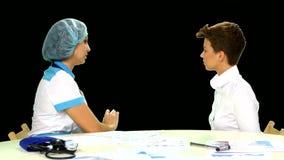 Θηλυκός γιατρός που εξηγεί τη διάγνωση στο θηλυκό της απόθεμα βίντεο