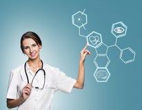Θηλυκός γιατρός που εργάζεται με τα εικονίδια υγειονομικής περίθαλψης Στοκ Φωτογραφία
