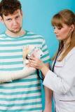 Θηλυκός γιατρός που ελέγχει την ήττα καρδιών Στοκ εικόνες με δικαίωμα ελεύθερης χρήσης