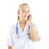 Θηλυκός γιατρός που μιλά στο τηλέφωνο κυττάρων που απομονώνεται στο λευκό στοκ φωτογραφίες