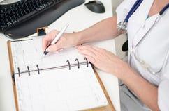 Θηλυκός γιατρός που παίρνει έναν διορισμό στοκ φωτογραφία με δικαίωμα ελεύθερης χρήσης
