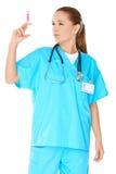 Θηλυκός γιατρός που προετοιμάζει μια έγχυση Στοκ Φωτογραφίες
