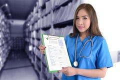 Θηλυκός γιατρός στην μπλε ομοιόμορφη ιατρική αναφορά εκμετάλλευσης Στοκ εικόνα με δικαίωμα ελεύθερης χρήσης