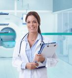 Θηλυκός γιατρός στο δωμάτιο MRI του νοσοκομείου Στοκ φωτογραφία με δικαίωμα ελεύθερης χρήσης